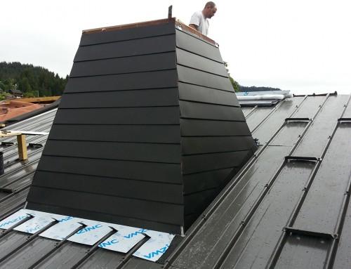 Réalisation d'une toiture montagne avec une cheminée en zing